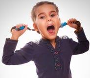 小女孩叫喊的孩子张了她的嘴 库存照片