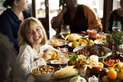 小女孩吃玉米感恩庆祝概念 免版税图库摄影