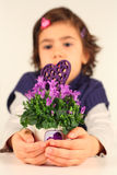 小女孩和一个小的花盆 免版税库存照片