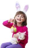 有复活节兔子面具的小女孩,拿着兔子 库存照片