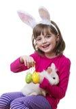 小女孩和一只小的白色兔子 免版税图库摄影