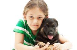 小女孩和一只德国牧羊犬小狗在白色b 免版税库存图片