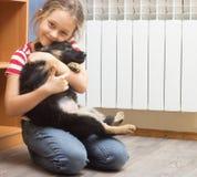 小女孩和一只德国牧羊犬小狗 库存图片