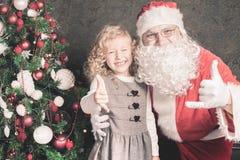 小女孩和圣诞老人在圣诞夜里 图库摄影
