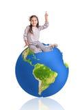 小女孩和大五颜六色的地球 免版税图库摄影