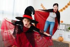 小女孩和她的母亲设法惊吓人 库存图片