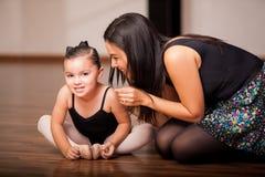 小女孩和她的舞蹈老师 免版税库存图片