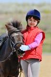 小女孩和小马 免版税库存照片