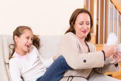 小女孩和微笑的妈妈 免版税库存图片