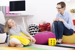 小女孩和心理学家笑 免版税库存图片