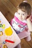 小女孩和房子黏土的 库存图片