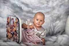小女孩和手提箱 库存图片
