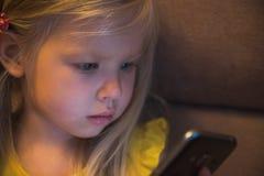 小女孩和智能手机 图库摄影