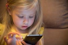 小女孩和智能手机 免版税库存照片