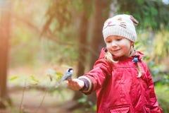 小女孩和极大的山雀鸟 库存图片