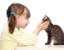 小女孩和灰色小猫 免版税图库摄影
