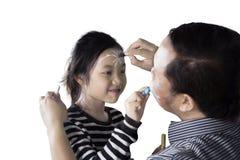 小女孩和父亲有蜡笔的 免版税库存照片