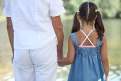 小女孩和父项 免版税库存图片