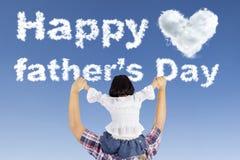 小女孩和爸爸与父亲节发短信 免版税库存照片