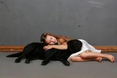 小女孩和狗在演播室 免版税图库摄影