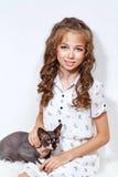小女孩和狮身人面象猫 库存照片
