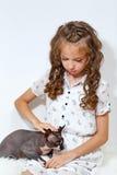 小女孩和狮身人面象猫 免版税库存照片