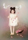 小女孩和玫瑰花瓣 免版税库存图片