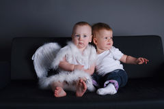小女孩和男孩天使礼服的 库存照片
