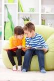 小女孩和男孩读书 免版税图库摄影