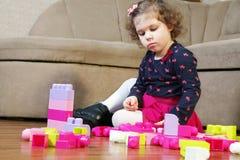 小女孩和立方体 免版税库存照片