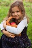 小女孩和篮子画象与苹果计算机 免版税库存照片