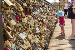 小女孩和艺术桥巴黎 库存图片