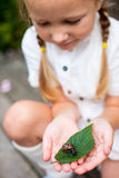 小女孩和蜗牛 免版税图库摄影