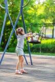 小女孩和跷跷板 免版税库存照片