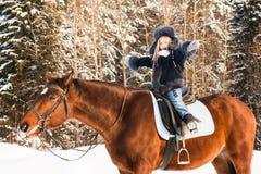 小女孩和马在一个冬天 免版税库存图片
