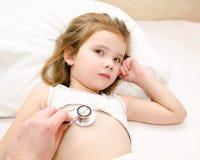 小女孩和医生被审查的核对的 免版税库存图片