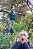 小女孩和稻草人 免版税库存图片