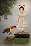 小女孩和Toucan 免版税库存图片