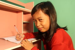 小女孩回家工作 免版税库存图片