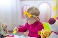 小女孩图画在演奏屋子里 图库摄影
