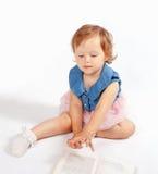 小女孩在书站立 免版税库存照片