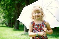 小女孩在伞下 免版税图库摄影