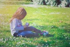 小女孩在公园享受天 免版税库存照片