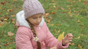 小女孩在公园秋天 可爱的小女孩微笑 影视素材
