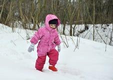 小女孩在冬天森林里 库存照片