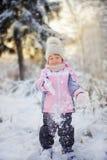 小女孩在冬天森林里 图库摄影
