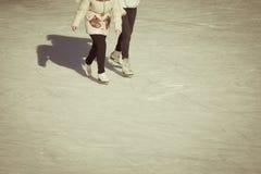 小女孩在冬天给滑冰在滑冰场穿衣 免版税库存图片