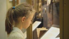 小女孩在博物馆 股票视频