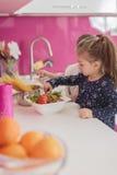 小女孩在厨房里 免版税库存图片