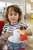 小女孩在咖啡馆 库存图片